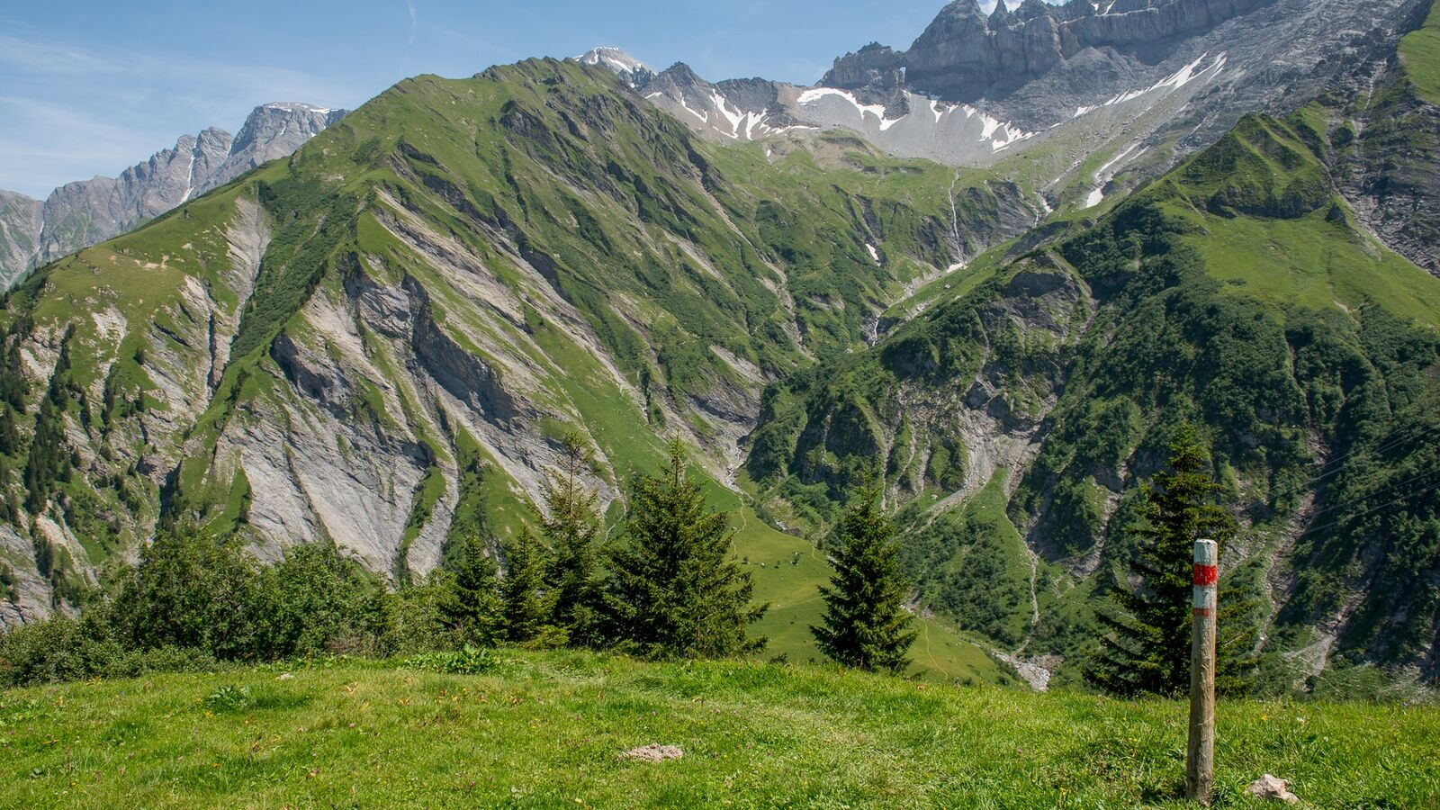 In the background, the magic line of the Glarus main overthrust